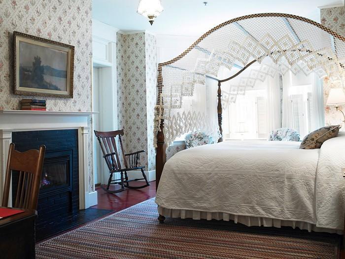 Кровать с пологом