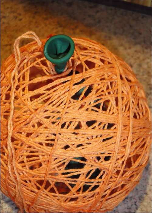 Новогодняя игрушка из шарика и ниток