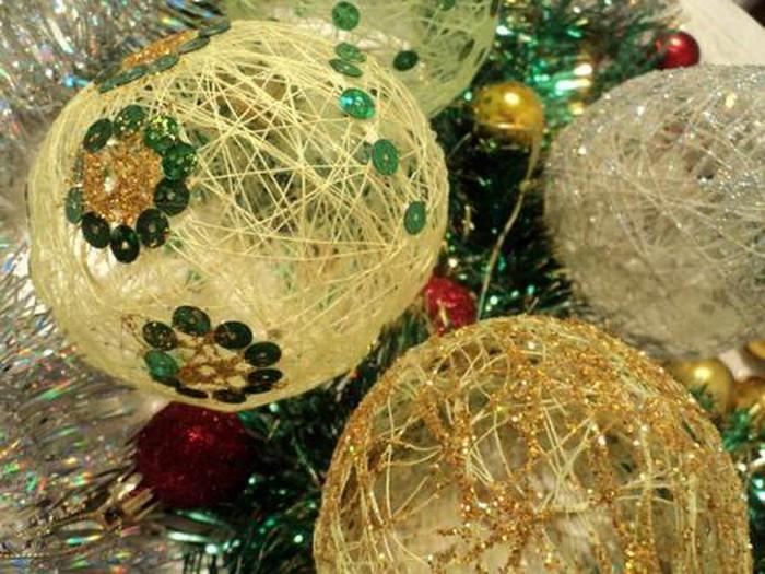 Novogodnyaya igrushka iz sharika i nitok 07 Новогодняя игрушка из шарика и ниток sdelay sam