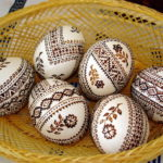 Пасхальные яйца с кружевным рисунком своими руками