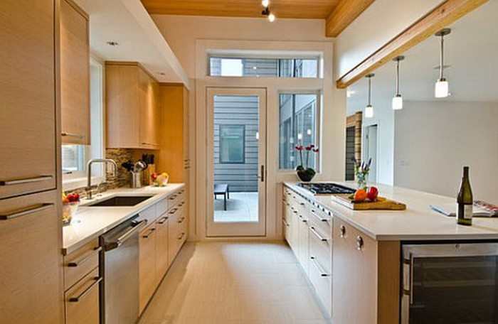 Дизайн длинной кухни с балконом