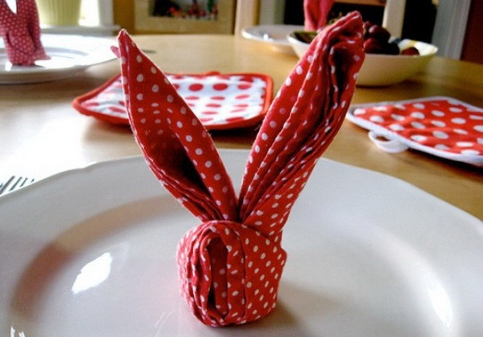 Декор к пасхальному столу — заяц из салфетки