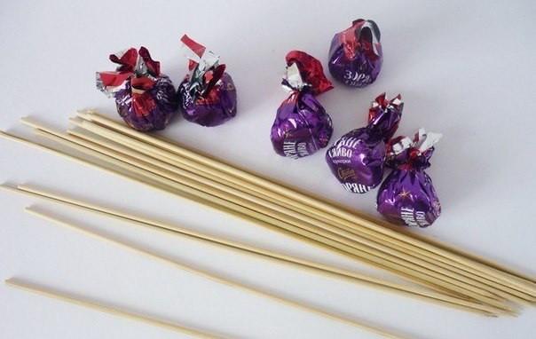Цветы из гофрированной бумаги и конфет_03