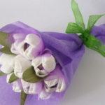Цветы из гофрированной бумаги и конфет