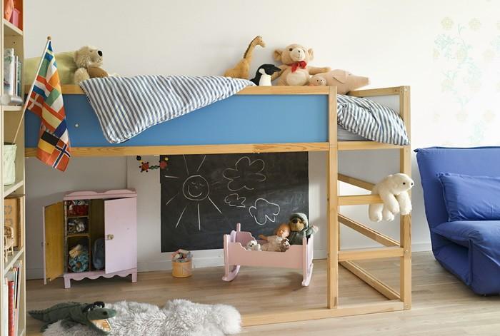Кровать под потолком в детской_22