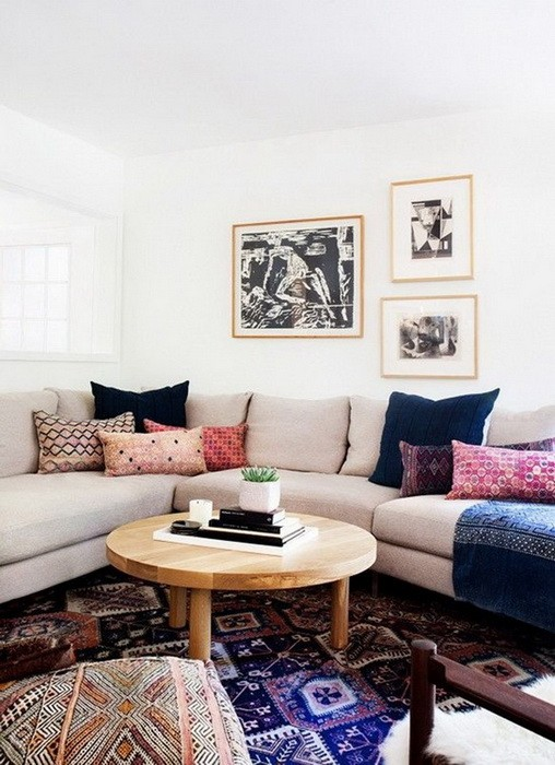 Пустое пространство перед угловым диваном