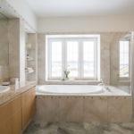 Дизайн ванной комнаты с окном — идеи, фото, интерьер