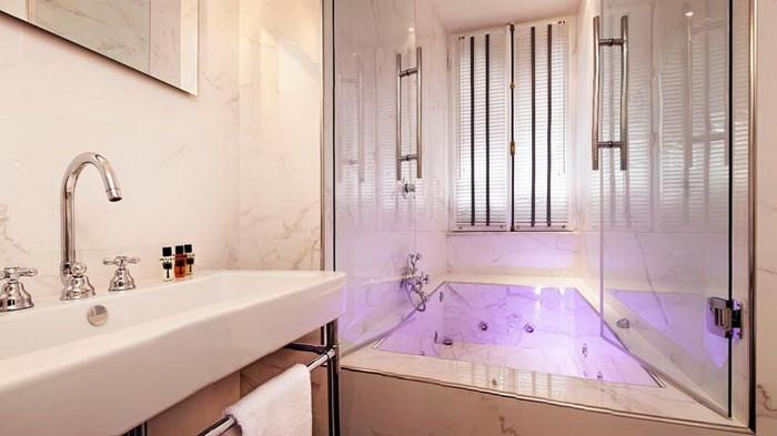 Яркие интерьеры комнат в отеле Рима_10